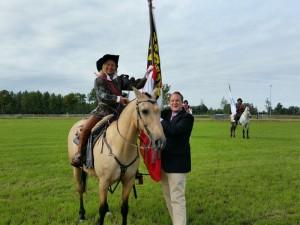Cathy overhandigt de vlag aan de wethouder